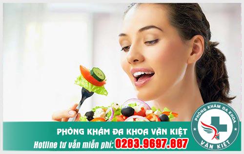 Ăn nhiều rau xanh để ngăn ngừa táo bón, khắc phục đau vùng kín sau sinh hiệu quả hơn.