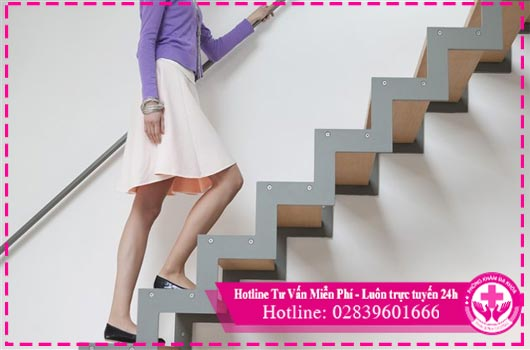 Phụ nữ không nên đi lại quá nhiều hay leo cầu thang sau khi mới phá thai.